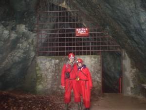 בפתח מערת קריז'נה ימה שבקארסט בדרום סלובניה